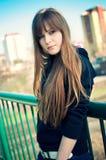 Schöne junge Frau, die über der Stadtansicht aufwirft lizenzfreie stockfotos