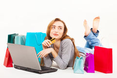 Schöne junge Frau, die über Internet kauft Lizenzfreies Stockbild