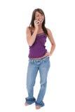 Schöne junge Frau, die über Mobiltelefon spricht Lizenzfreie Stockfotos
