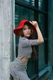 Schöne junge Frau, die allein am Café im Freien aufwirft Stockbilder