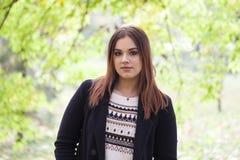 Schöne junge Frau, die allein in den Park geht Lizenzfreies Stockbild