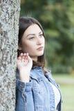 Schöne junge Frau, die allein in den Park geht Lizenzfreie Stockfotografie