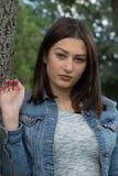 Schöne junge Frau, die allein in den Park geht Lizenzfreie Stockbilder
