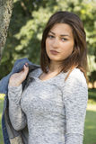Schöne junge Frau, die allein in den Park geht Lizenzfreie Stockfotos