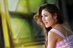 Schöne junge Frau, die allein im Café aufwirft Stockbild