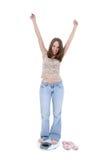 Schöne junge Frau, die auf Badezimmer-Skala steht Stockfoto