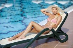 Schöne junge Frau, die auf dem Aufenthaltsraum sich entspannt lizenzfreies stockfoto
