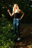 Schöne junge Frau, die auf dem grünen Gras im Freien liegt Schöne junge Frau in einem Sommerpark übertreffen Stockbilder