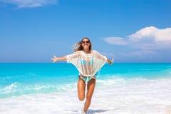 Schöne junge Frau, die auf den Strand läuft lizenzfreie stockfotos