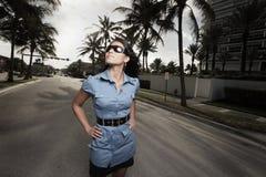 Schöne junge Frau, die auf der Straße aufwirft Lizenzfreie Stockbilder
