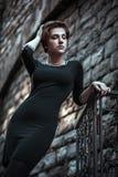 Schöne junge Frau, die auf die Straße geht lizenzfreie stockfotografie
