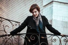Schöne junge Frau, die auf die Straße geht stockbild