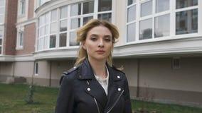 Schöne junge Frau, die auf die Straße geht Blonde überzeugte Gangart bewegt die Kamera Stadtmotiv, eine Auslese Wohn stock video