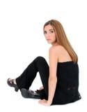 Schöne junge Frau, die auf Fußboden sitzt Lizenzfreie Stockfotografie