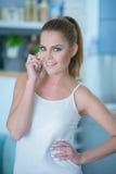 Schöne junge Frau, die auf ihrem Mobile plaudert Lizenzfreies Stockbild