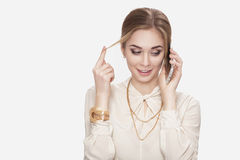 Schöne junge Frau, die auf Telefon und Spielen mit ihrem Haar spricht Überraschung und Freude Lizenzfreies Stockbild