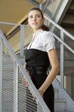 Schöne junge Frau, die auf Treppenhaus steht lizenzfreie stockfotografie