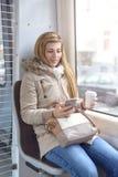 Schöne junge Frau, die auf Zugsitz sitzt Lizenzfreies Stockfoto