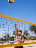Schöne junge Frau, die beachvolleyball spielt Lizenzfreies Stockfoto