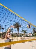Schöne junge Frau, die beachvolleyball spielt Lizenzfreie Stockbilder