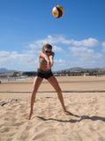 Schöne junge Frau, die beachvolleyball spielt Lizenzfreies Stockbild