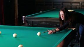 Schöne junge Frau, die Billard spielt stock video