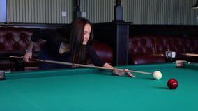 Schöne junge Frau, die Billard spielt. stock footage
