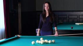 Schöne junge Frau, die Billard spielt. stock video