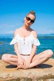 Schöne junge Frau, die den Ozean genießt Stockbild