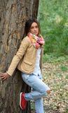 Schöne junge Frau, die in den Park geht Lizenzfreies Stockfoto