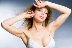 Schöne junge Frau, die den Wind genießt lizenzfreie stockfotografie
