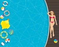 Schöne junge Frau, die in der Swimmingpoolseite sich entspannt Stockfotos