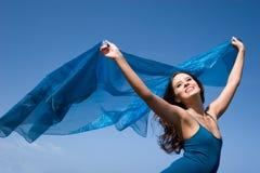 Schöne junge Frau, die draußen genießt Lizenzfreies Stockbild
