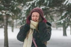 Schöne junge Frau, die draußen lacht stockfotografie