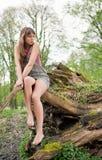 Schöne junge Frau, die draußen träumt stockfotos