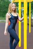 Schöne junge Frau, die draußen Training auf den Stangen ausübt Lizenzfreie Stockfotografie