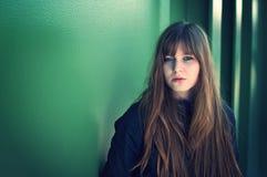 Schöne junge Frau, die durch die Wand aufwirft stockbilder
