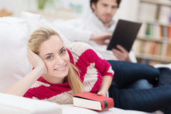 Schöne junge Frau, die ein Buch liest Stockfoto