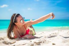 Schöne junge Frau, die ein Foto selbst annimmt Lizenzfreie Stockfotos