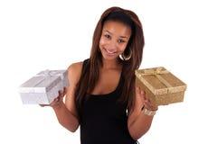 Schöne junge Frau, die ein Geschenk, getrennt auf Weiß anhält lizenzfreies stockfoto