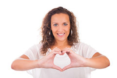 Schöne junge Frau, die ein Herz mit den Händen macht stockfoto