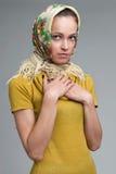 Schöne junge Frau, die ein Kopftuch trägt Lizenzfreie Stockfotografie