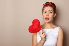 Schöne junge Frau, die ein rotes Inneres anhält Lizenzfreies Stockbild