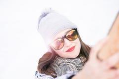 Schöne junge Frau, die ein selfie in der Winternatur nimmt Hübsche Frau, die ein Foto in einer Natur macht Weiße Schneeflocken au stockbild