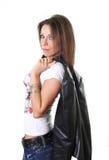 Schöne junge Frau, die eine Lederjacke anhält lizenzfreie stockbilder