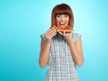 Schöne junge Frau, die eine Pizzatorte isst Lizenzfreies Stockbild