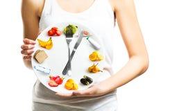 Schöne junge Frau, die eine Platte mit Lebensmittel, Diätkonzept hält Stockbilder