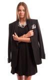 Schöne junge Frau, die eine schwarzes Kleider- und eines Mannesjacke trägt stockbild