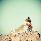Frau, die in eine Wüste geht Lizenzfreie Stockfotos