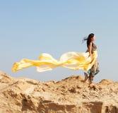 Junge Frau, die in eine Wüste geht Stockfotos